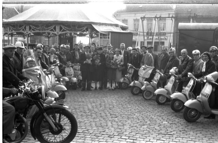 Jubilarissen poseren met scooterrijders, Emelgem 1957