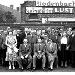 Groepsfoto in tuin van café 'Nordhausen': bazin op de foto, Izegem 1957
