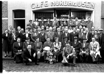 Groepsfoto café 'Nordhausen', Izegem 1957