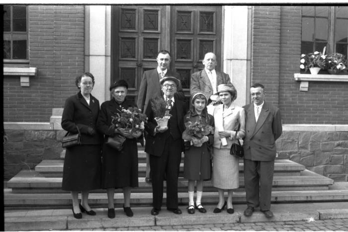 Een koppel jubilarissen op stoep gemeentehuis, Emelgem 1957
