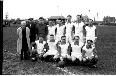 Wop Sport Ieper: groepsfoto met voetbalspelers, 1957