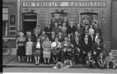 Groepsfoto voor café 'In 't Nieuw Kasteelken', Izegem 1957