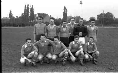 Groepsfoto voetbal club 'Aurora', izegem 1957