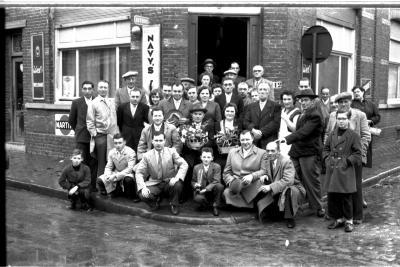 Kampioenviering café 'Toerist': groepsfoto, Izegem 1957