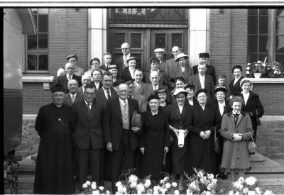 Groepsfoto met 3 jubilarissen, Emelgem 1957