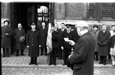 Brandweerman zweert eed voor stadhuis, Izegem, 1959