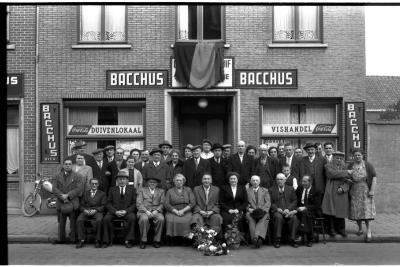 Groepsfoto café 'De Jonge Reisduif', Izegem 1957