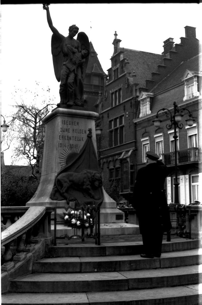 Commissaris politie groet gesneuvelden W.O. I, Izegem, 1959