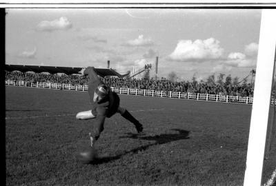 Voetbalwedstrijd SK Beveren - FC Izegem: keeper Misplon in actie, Izegem 1957