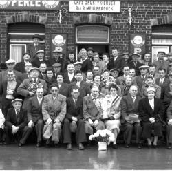Kampioenviering café 'Sportvrienden, bij R. Meulebrouck', groepsfoto, Izegem 1957