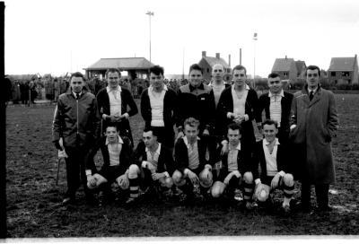 Groepsfoto van 'Rector'ploeg voetbal, Izegem 1957