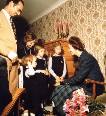 Koningin Fabiola op bezoek bij het gezin van Eugeen Desseyn