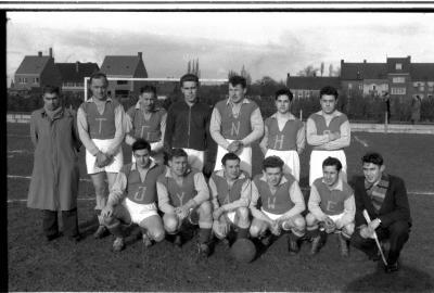 Groepsfoto voetbalploeg 'Tanghe-Wybo', Izegem 1957
