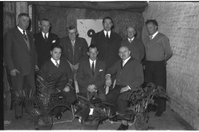 Boogschutters 'Willem Tell': Sire-Keizer en bestuur poseren, Izegem 1957
