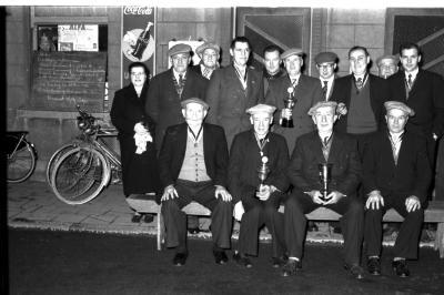 """Kampioenen duivenclub """"De Duivenwacht"""" worden gehuldigd, Lendelede, 1959"""