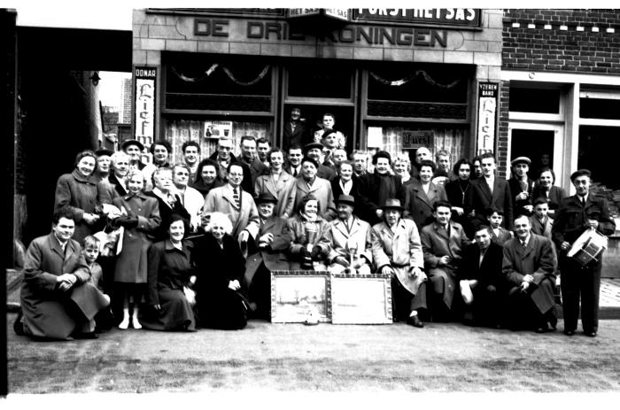 Café 'De Drie Koningen': kampioenenviering, Izegem 1957