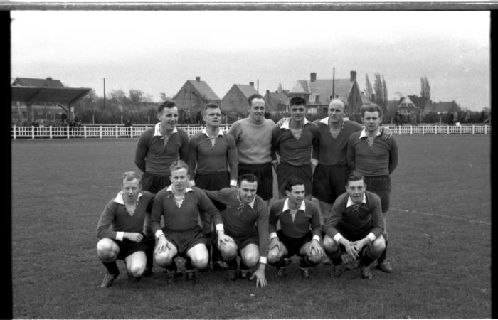 FC Izegem: groepsfoto voetbalspelers, Izegem 1957