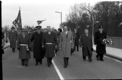 Inhuldiging Centrumbrug: personaliteiten wandelen over opengestelde brug, Ingelmunster 1957