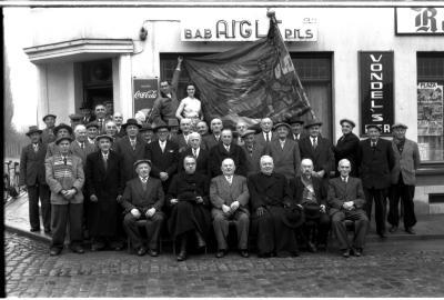 Café 'Sportif': groepsfoto Oudstrijders 1914-1918, Emelgem 1957