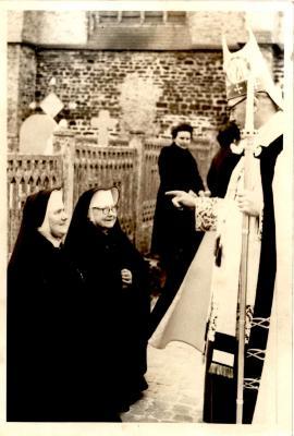Monseigneur(?) met zuster Demunster, Gits