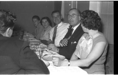 Germinal kampioen: Pierre Van Staey aan feesttafel, Izegem 1957