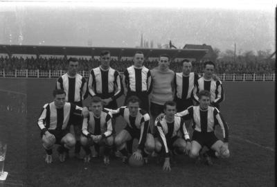Voetbalploeg Rue Lokeren: spelers poseren, Izegem 1957