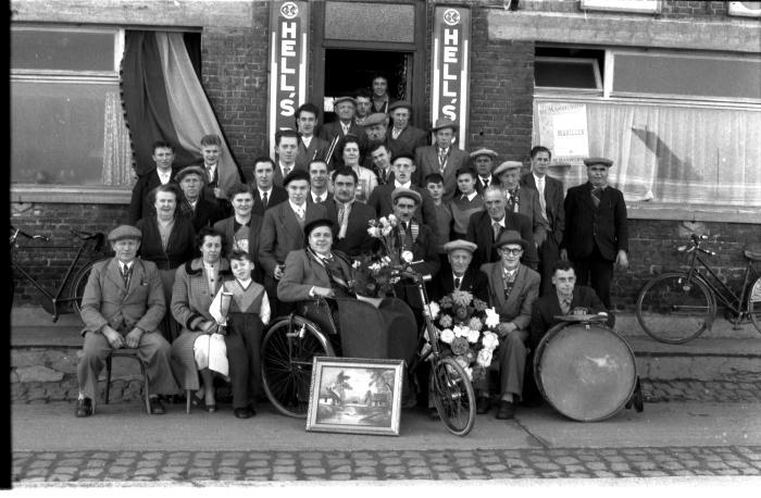 Huldiging café 'De Jaeger': groepsfoto, Kachtem 1957