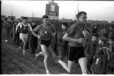 Fotoreportage atletiekwedstrijd: 3 atleten waaronder Alloo, Izegem 1957