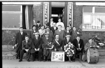 Kampioenviering café 'De Jager': groepsfoto , Izegem 1957