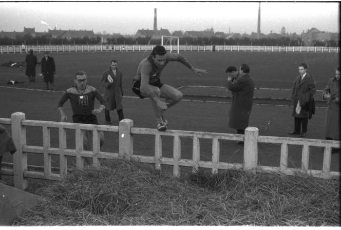 Fotoreportage atletiekwedstrijd: Herman en Leenaerts in actie, Izegem 1957