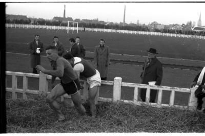 Fotoreportage atletiekwedstrijd: Allewaert in actie, Izegem 1957