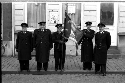 Vrij Brandweerkorps Izegem: 5 officieren poseren met vlag, Izegem 1957