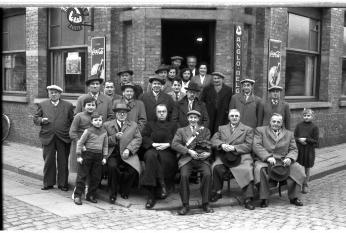 Kampioenviering café 'De Gilde': groepsfoto, Emelgem 1957