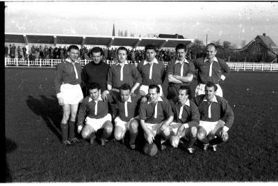 Voetbalploeg Ronse: groepsfoto spelers, Izegem 1957