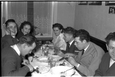Kampioenviering boogschutters café 'Stad Kortrijk': feesttafels, Izegem 1957