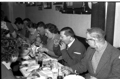 Kampioenviering boogschutters café 'Stad Kortrijk': overzicht lange feesttafel, Izegem 1957