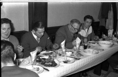 Kampioenviering boogschutters café 'Stad Kortrijk': Paul B aan feesttafel, Izegem 1957