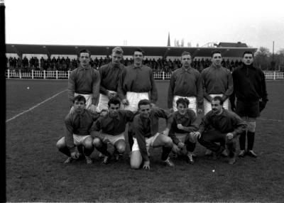 Voetbalploeg AC La Louvière: spelers poseren, Izegem 1957