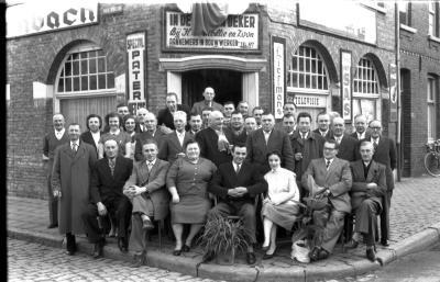 Café 'In de Gulden Beker': groepsfoto, Izegem 1957