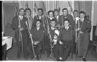 Kampioenviering boogschutters café 'Stad Kortrijk': groepsfoto, Izegem 1957
