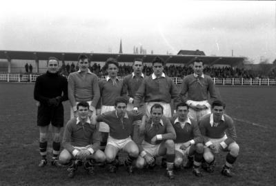Voetbalclub Bonne-Bois: spelers poseren op veld, Izegem 1958