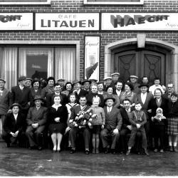 Kampioenviering café 'Litauen': groepsfoto, Izegem 1958