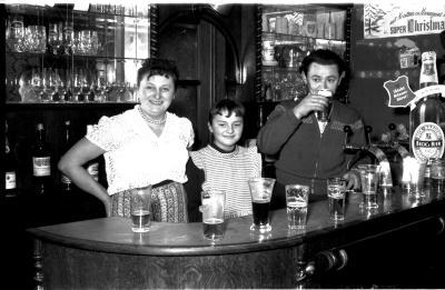 Café 'Litauen': achter de toog, Izegem 1958