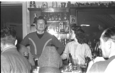Fietsen op rollen: renner Raf Reynaert en Annie achter toog, Izegem 1958
