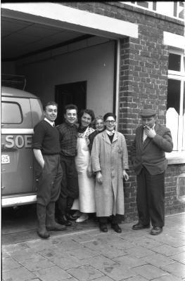 Izegems soephuis 'Soep Ideal': werknemers poseren, Izegem 1958