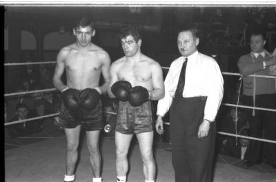 Boksers Buysse en Delannoit met scheidsrechter, Izegem 1958