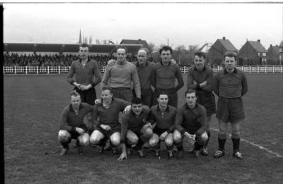 Voetbalclub FC Izegem: spelers poseren op veld, Izegem 1958