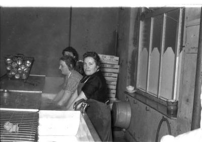 Izegems soephuis 'Soep Ideal': Marie-Louise, Maria en Jeanne aan afwas, Izegem 1958
