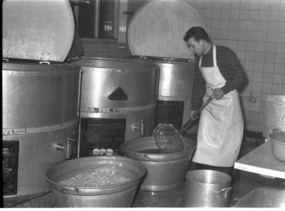 Izegems soephuis 'Soep Ideal': Roger bij kookketels, Izegem 1957