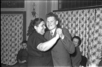 Fietsen op rollen: Raf Reynaert danst met moeder Bultinck, Izegem 1958